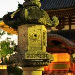 Nara - świątynia Kōfukuji, piękna kamienna latarnia