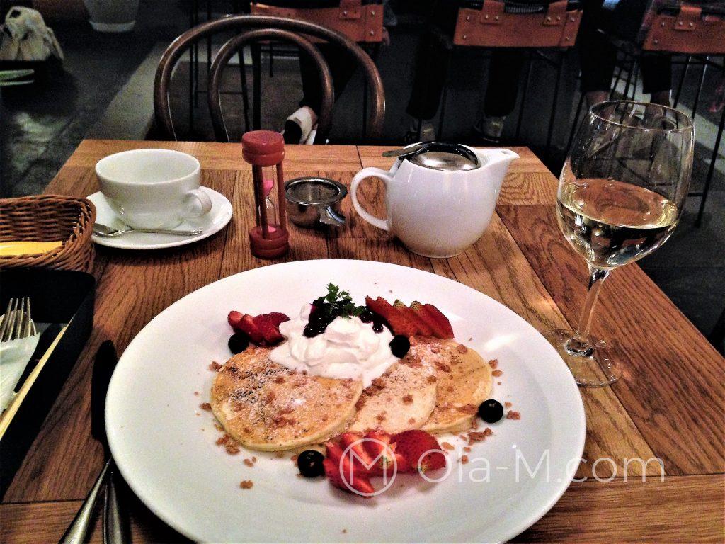 Kuchnia japońska - tym razem w stylu europejskim, czyli naleśniczki (pancakes) z bitą śmietaną i truskawkami. W tle klepsydra odmierza czas parzenia herbaty.