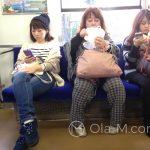 Pociąg podmiejski do Kioto - mała scenka rodzajowa