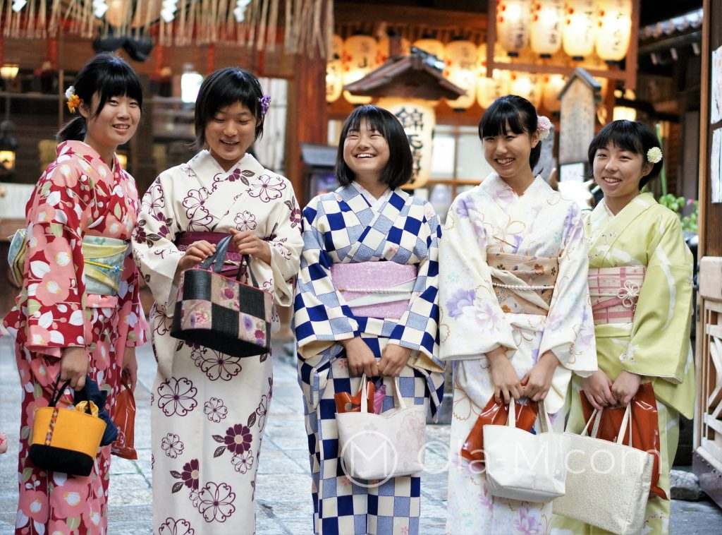 Kioto, Nishiki, świątynia Tenman-gū, Japonki w tradycyjnych strojach
