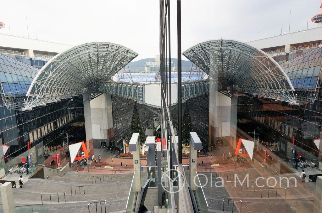 Kioto - dworzec główny: widok z tarasu na dach i zadaszoną halę dworca