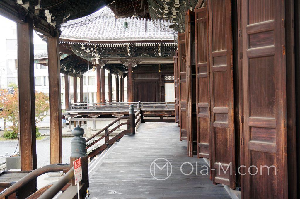 Kioto, świątynia Kōshō-ji, drewniana galeria otaczająca główny budynek