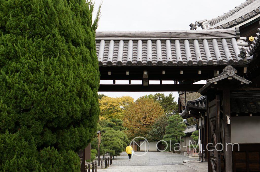 Kioto, świątynia Nishihongan-ji, jedna z bram prowadzących do świątyni