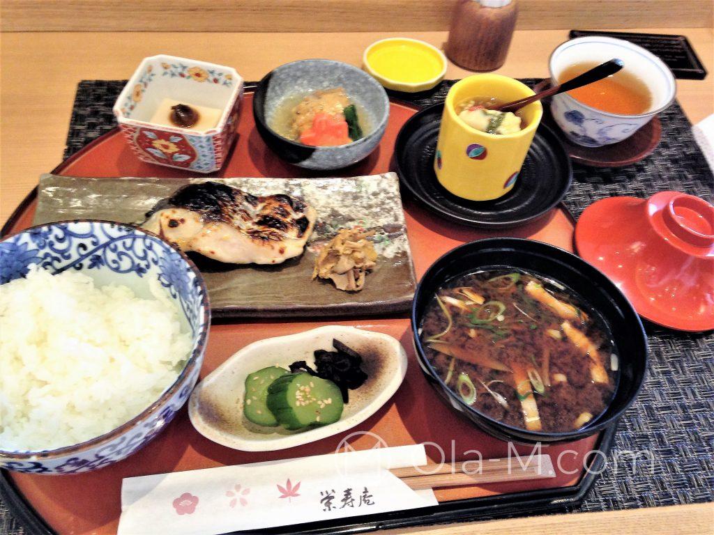 Kuchnia japońska - zestaw obiadowy z pieczonym węgorzem