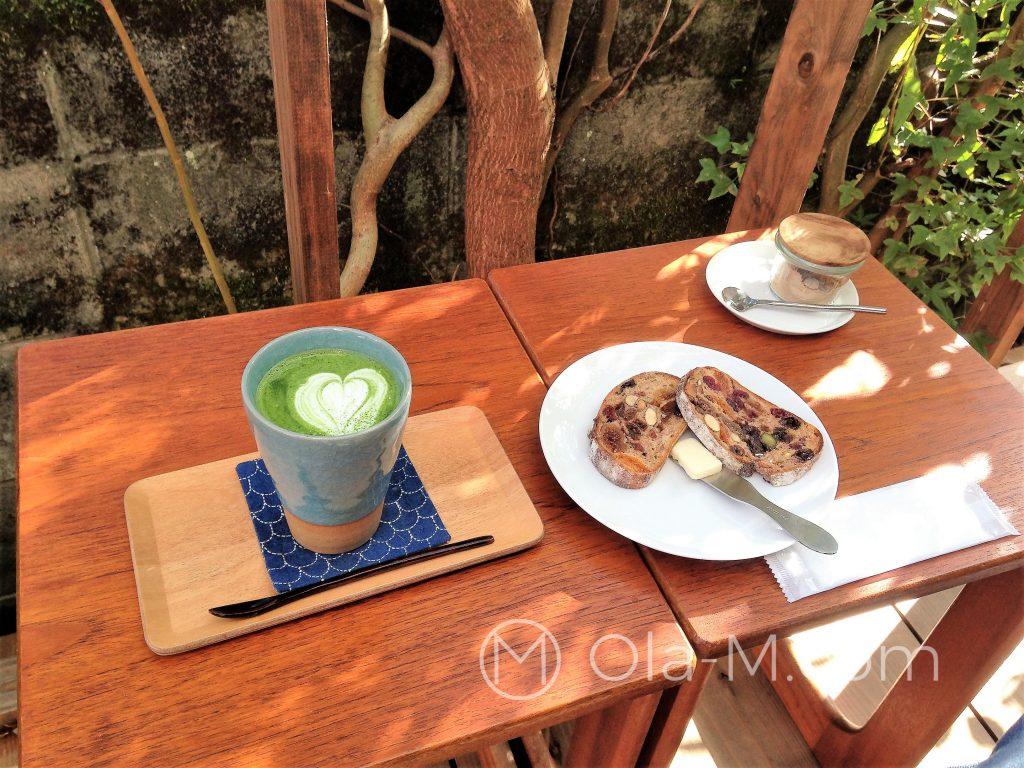Kuchnia japońska - matcha latte i tostowany chleb z bakaliami