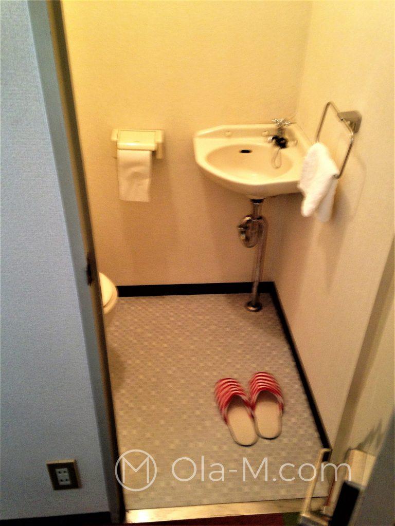 Japońskie życie codzienne - kapcie tylko do użytku w toalecie