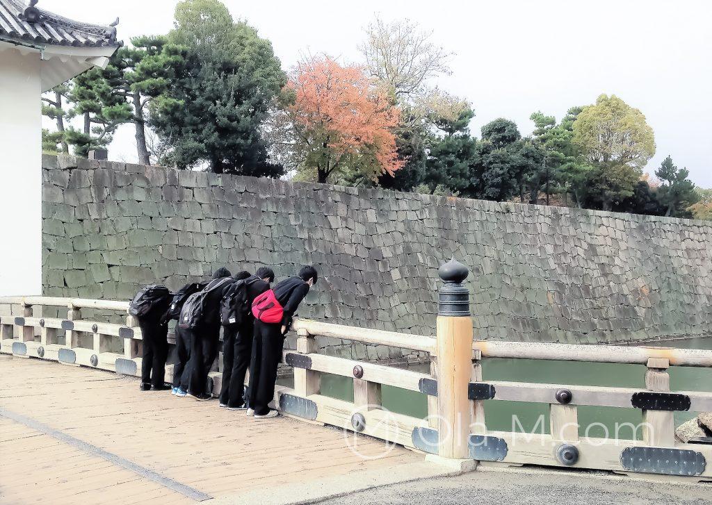 Japonia - Kioto - Twierdza Nijo otoczona fosą z typowym japońskim drewnianym mostkiem