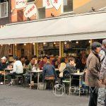 Tokio - Asakusa - w porze obiadowej małe restauracyjki ze stolikami na ulicy zapełniają się zgłodniałymi Japończykami
