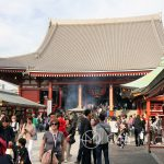 Tokio, Świątynia Senso-ji - na dziedzińcu tłoczno i gwarno