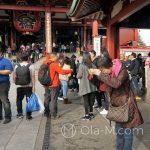 Tokio, Świątynia Senso-ji - niektórzy modlą się w skupieniu