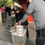 Tokio, Świątynia Senso-ji - tej parze też nie przeszkadzają hordy turystów