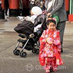 """Święto Shichi-go-san - mała elegantka korzysta z chwili nieuwagi rodziców, żeby """"wyrwać się w świat"""""""