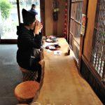 Tokio - dzielnica Ueno - stół z jednego kawałka drewna, przy którym goście raczą się herbatą