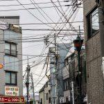 Tokio - dzielnica Ueno, kable spowijają ulicę niczym pajęczyna