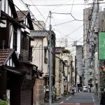 Tokio - dzielnica Ueno, kable spowijają ulicę niczym gigantyczna pajęczyna