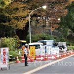 Tokio - w Japonii ponoć prawie nie ma bezrobocia... ten pan stoi przed rozkopaną ulicą i macha świetlną pałką do przejeżdżających samochodów - na pewno inaczej nie zauważyliby zwężenia jezdni...