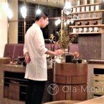 """Tokio - herbaciarnia Higashiya - parzenie herbaty zaczyna się nabraniem wody ze specjalnego """"źródełka"""""""