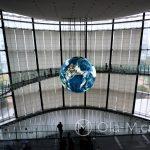 Tokio - Muzeum Miraikan na wyspie Odaiba - ogromna kula ziemska dominuje główną halę muzeum