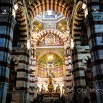 Marsylia - Bazylika Notre Dame de la Garde - dzięki grze światła i cienia wnętrze robi niesamowite wrażenie