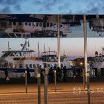 Marsylia - Parasol Normana Fostera - z innej perspektywy można podziwiać odbicia wody i statków
