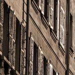 Marsylia - Stare Miasto między Starym Portem i Operą - słońce odbija się w okiennicach