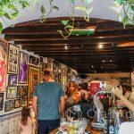 Malaga - Bodega El Pimpi - miejsce spotkań lokalnej prominencji, z pamiątkowymi zdjęciami