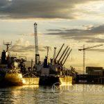 Port w Maladze - część przemysłowa o zachodzie słońca