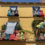 Malaga - Stare Miasto - sukienki do flameco jako dekoracja balkonu? Czemu nie...