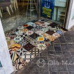 Malaga - Stare Miasto - Azulejos tutaj jako miły akcent przy wejściu do kawiarni