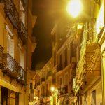 Malaga - Stare Miasto wieczorem - nawet wieczorem jest tutaj bezpiecznie, ale trzeba uważać, żeby w nic nie wdepnąć