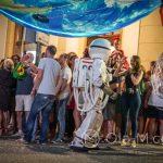 Andaluzja - Feria de Ronda 2018 - parada - tutaj astronauci z wielkimi balonami udającymi Ziemię i inne planety