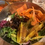 Nasze tapas w Pez Tomillo w Maladze - Sałatka z dressingiem o smaku mango z gorczycą