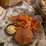 Nasze tapas w Pez Tomillo w Maladze - mini-burger i frytki ze słodkich ziemniaków