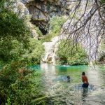 Ronda - jeziorko pod jaskinią Cueva del Gato - zielona oaza i wytchnienie od upału