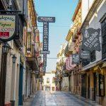 Ronda - Stare Miasto - ład graficzny dzięki stonowanym szyldom w kolorach czarnym i białym