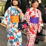 Tokio, Świątynia Senso-ji - malowniczo kolorowe kimona, zazwyczaj z wypożyczalni