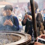 Tokio, Świątynia Senso-ji - kadzidełka: jeszcze jedno źródło dymu