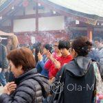 Tokio, Świątynia Senso-ji - dziedziniec świątyni spowity jest dymem