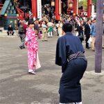 Tokio, Świątynia Senso-ji - turyści w kolorowych tradycyjnych strojach