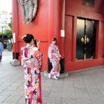 Tokio, Świątynia Senso-ji - turyści pod bramą Hōzō-mon (czyli tą mniejszą)