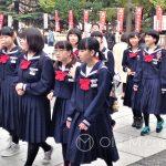 Tokio, Świątynia Senso-ji - chyba przypadkowo przechodzące przez teren świątyni uczennice, w bardzo nieekstrawaganckich mundurkach
