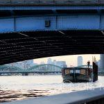 Tokio, rzeka Sumida - jedna z barek pływających po rzece