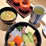 Kuchnia japońska - chirashi sushi w zestawie z zupą miso i zieloną herbatą