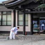 Tokio - Świątynia Meiji - sprzątanie zanim teren świątyni zapełnią turyści