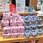 Tokio - sklep papierniczy Itoya w dzielnicy Ginza - tutaj chusteczki furoshiki użyte jako opakowanie prezentów