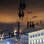 Marsylia - Parasol Normana Fostera - wielkie lustro w którym odbijają się przechodnie i okoliczna architektura