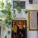Malaga - Bodega El Pimpi - sale noszą nazwy osób ważnych dla Malagi
