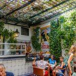 Malaga - Bodega El Pimpi - przytulny wewnętrzny dziedziniec