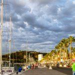 Port w Maladze - promenada w ciepłych promieniach zachodzącego słońca