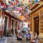 Malaga - Stare Miasto - urocza dekoracja, ale też pomysłowy sposób na zacienienie ulicy